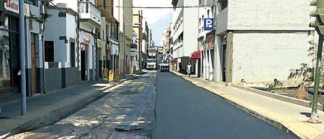 Trabajos de asfaltado, ayer, en la calle Doctor Gómez Ulla de Arrecife.