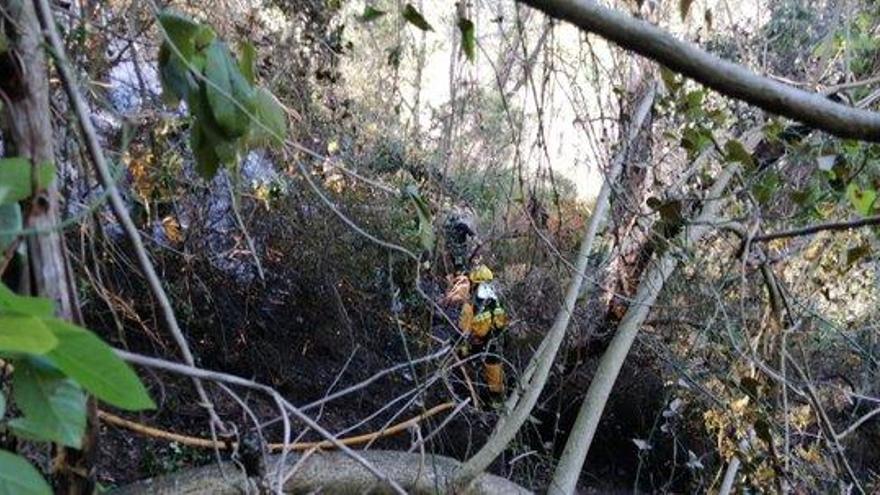 Extinguido un pequeño incendio forestal en Sant Joan causado por los restos de una chimenea