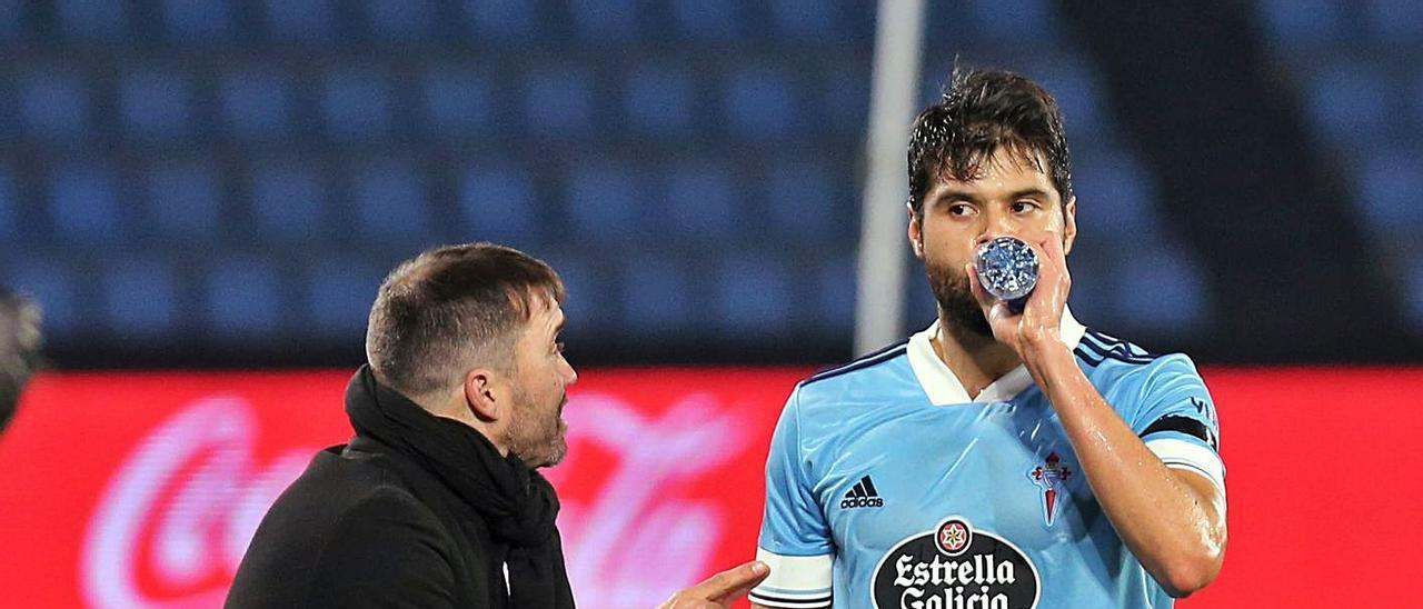Araújo bebe mientras su entrenador, Eduardo Coudet, le da instrucciones ante el Elche. |  // MARTA G. BREA