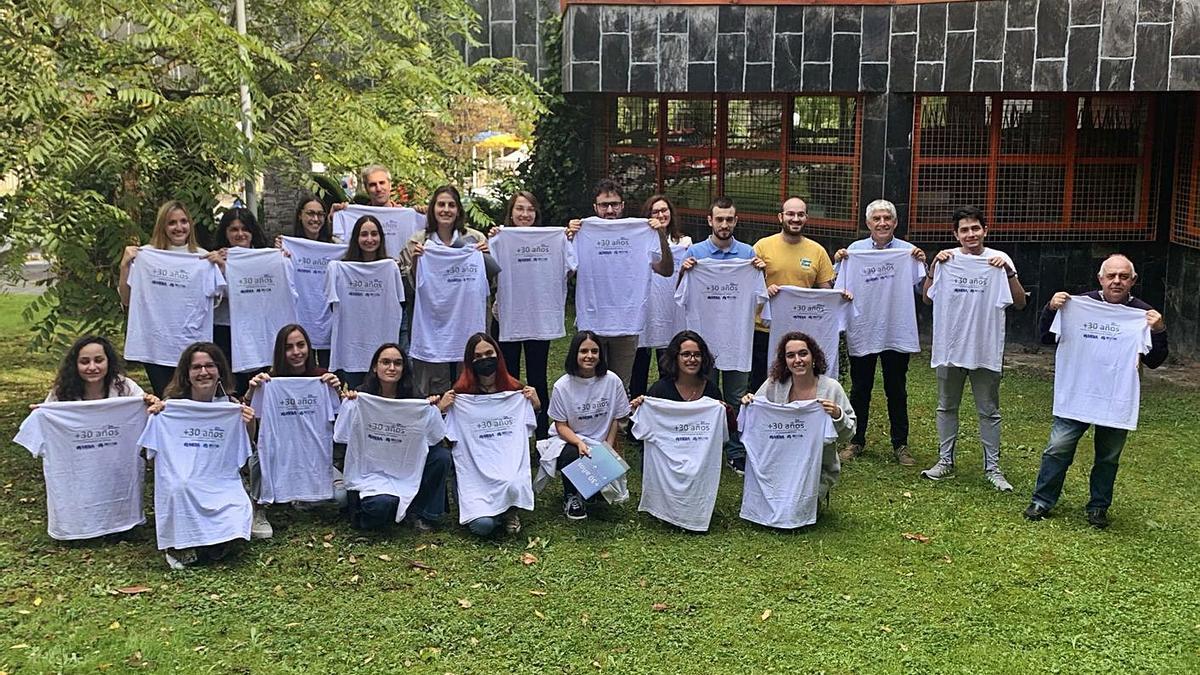 Profesores y alumnos del máster, con camisetas conmemorativas de los treinta años de la titulación. | LNE
