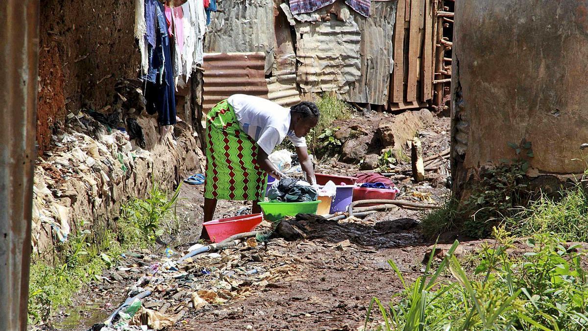 Una mujer lava la ropa en una barriada de Nairobi (Kenia).   EFE/JOSE MIGUEL CALATAYUD