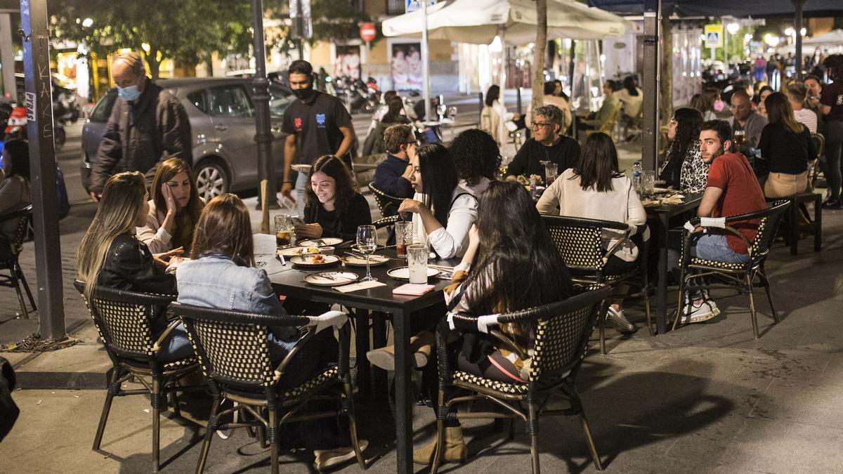 Grupos de jóvenes en terrazas de barrio madrileño de La Latina