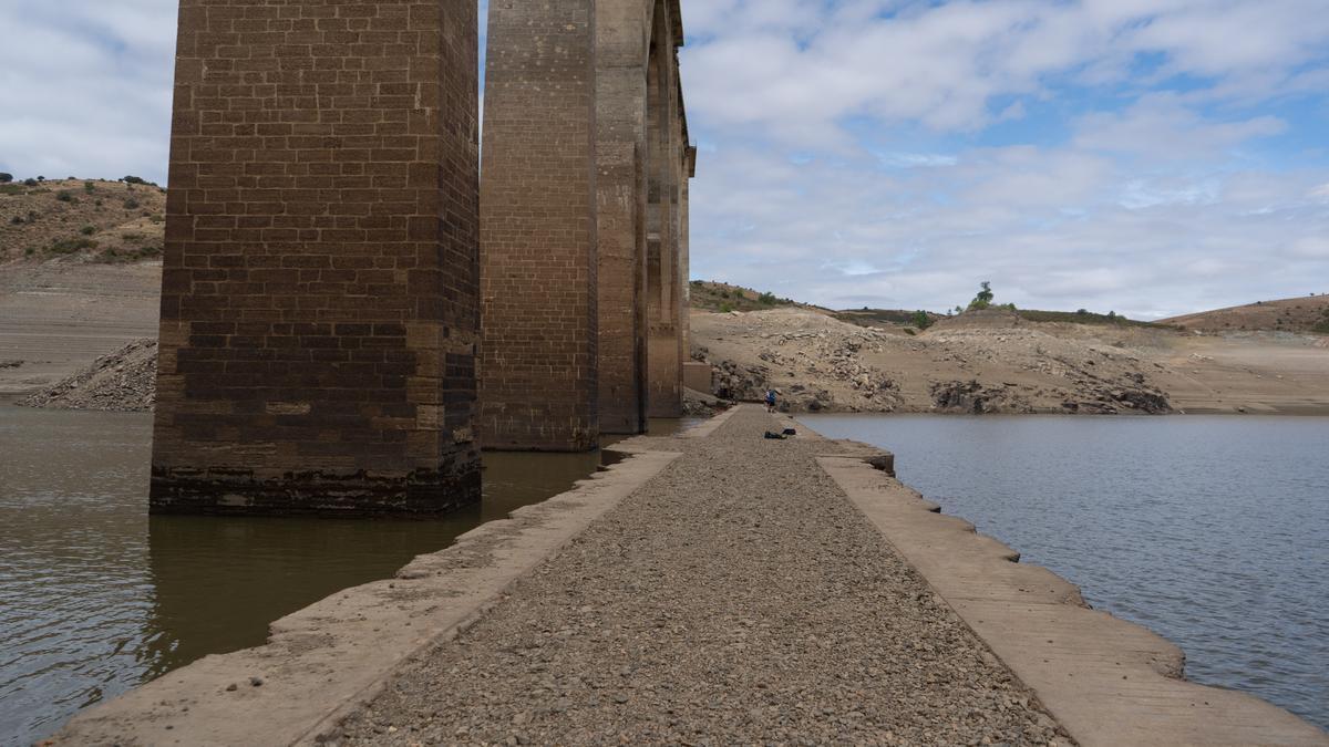 Bajada del embalse del Esla que deja ver el antiguo puente de Manzanal