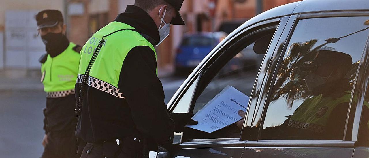 Imagen de archivo de uno de los controles policiales por el covid.  | ÁXEL ÁLVAREZ