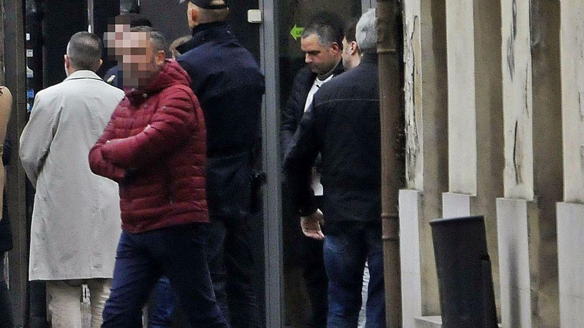 Nelson A., el homicida confeso, rodeado de policías en una de sus comparecencias en Langreo.