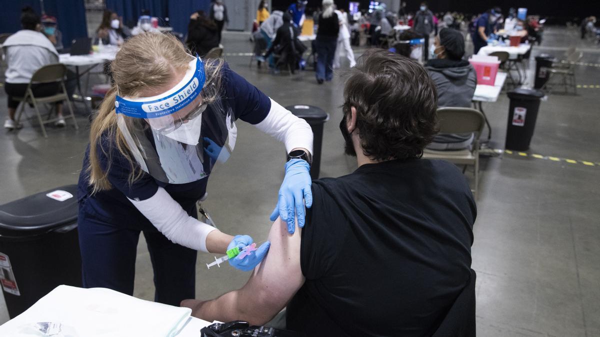 Un joven recibe una dosis de la vacuna contra la covid en Baltimore (EEUU)