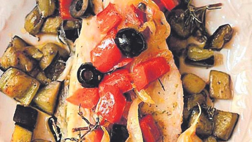 Lubina al horno con berenjena y pimientos