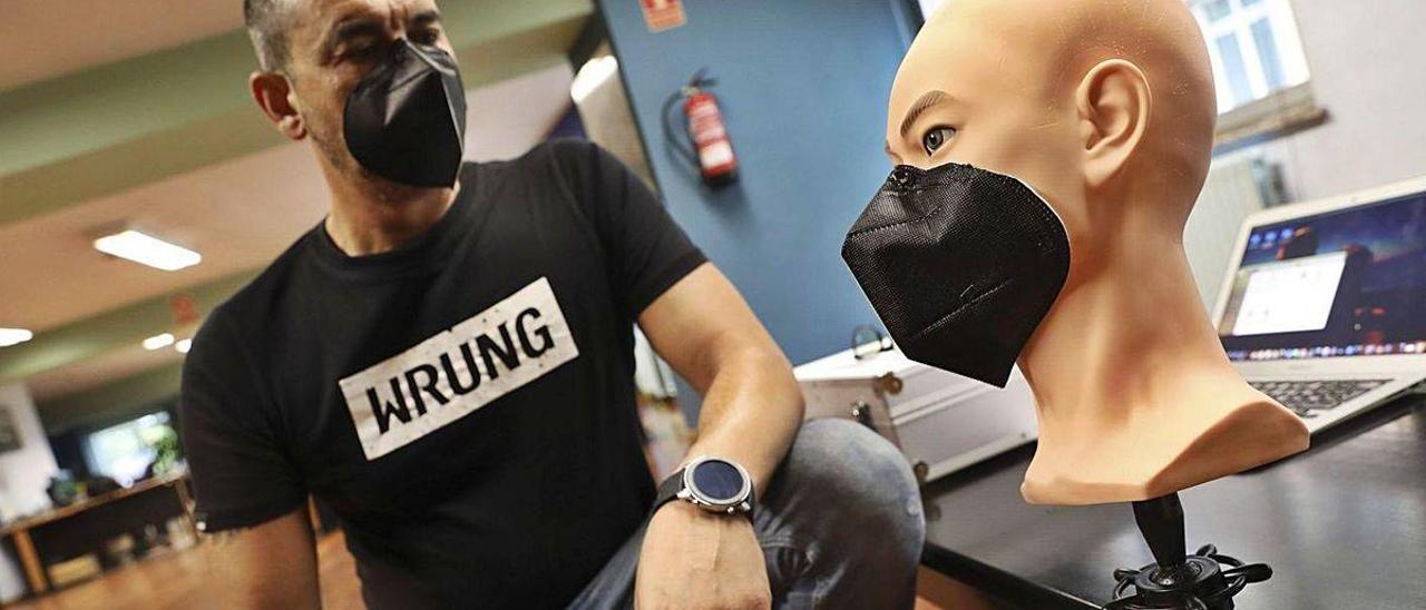 Daniel Alagüero, en la redacción de LA NUEVA ESPAÑA con su mascarilla magnética y un busto de trabajo.
