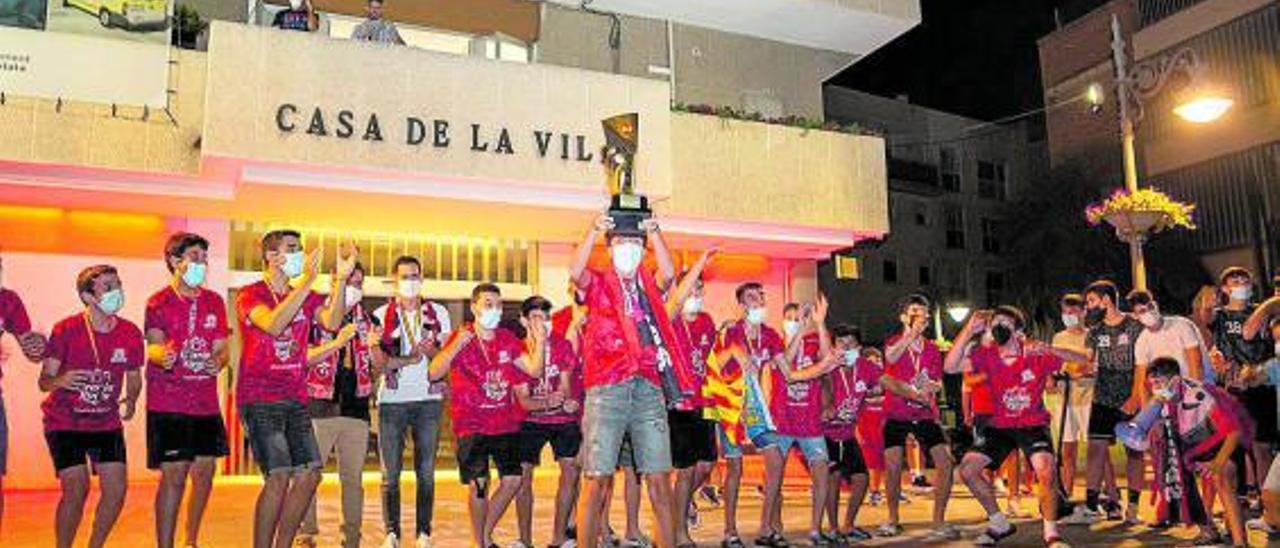 El CB Mislata levanta la copa de campeónde España delante del ayuntamiento.   A.M.