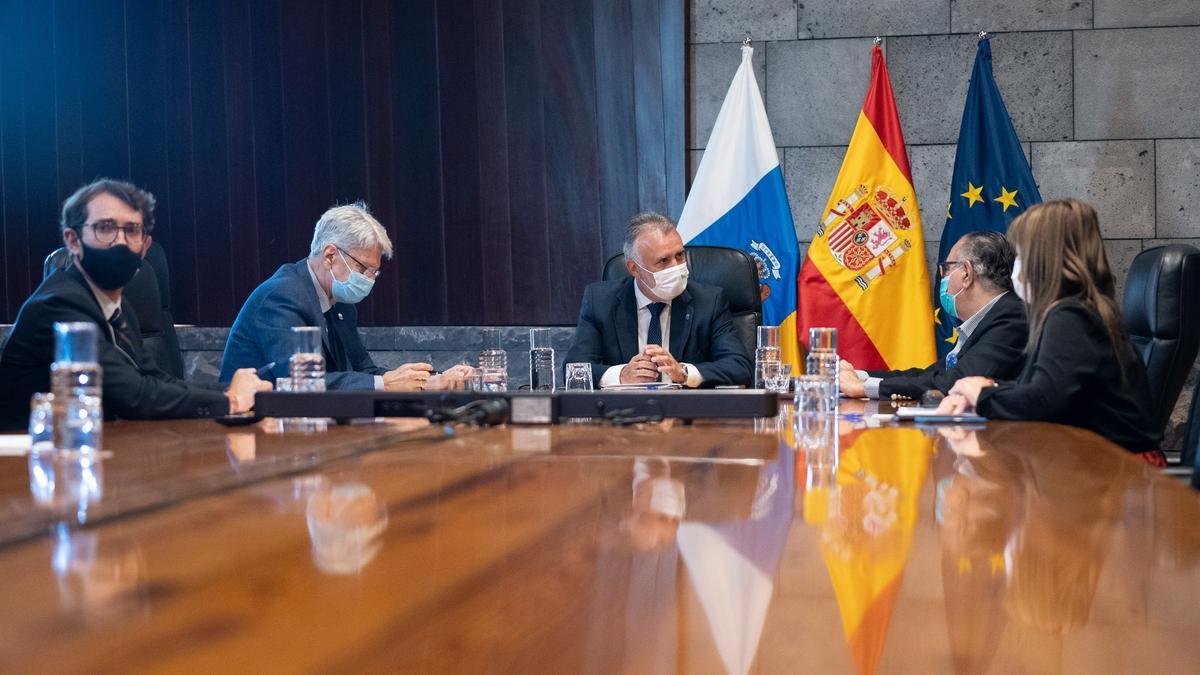 Ángel Víctor Torres (c) durante la reunión con el Consejo Asesor.