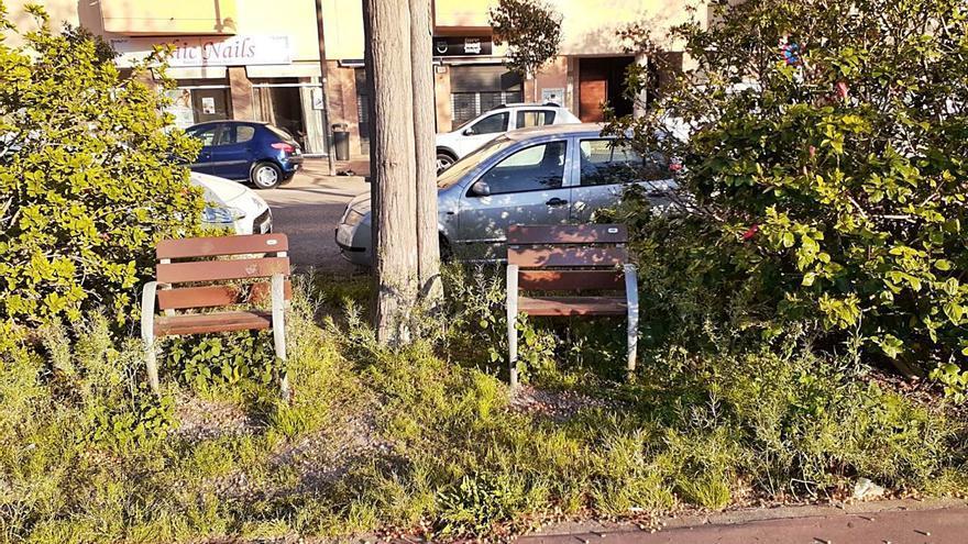 Mobiliario entre las malas hierbas en ses Figueretes