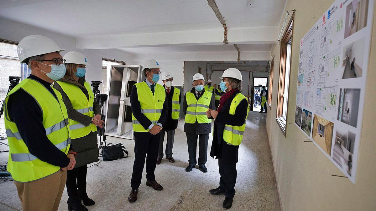 El presidente de la Xunta visitó junto a la conselleira de Política Social las obras del nuevo albergue de Cáritas. |  // GUSTAVO SANTOS