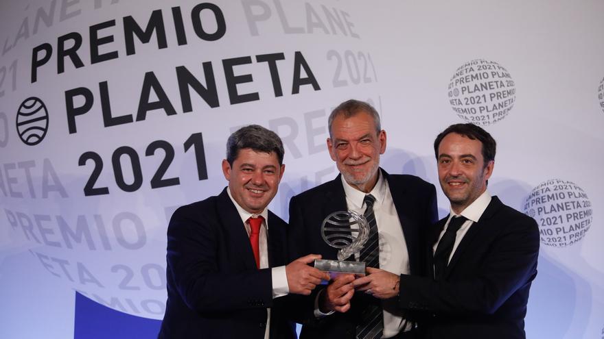 Los Reyes entregan el Premio Planeta 2021 a los autores de 'La bestia'