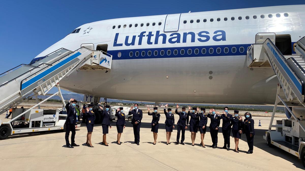 La tripulación del Boeing 747 de Lufthansa en el aeropuerto de Palma.
