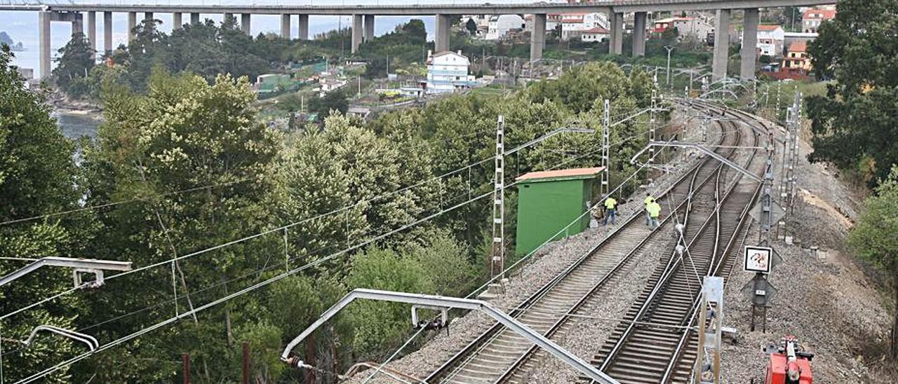Tramo ferroviario en Chapela, en las inmediaciones de Rande. |   // JDA