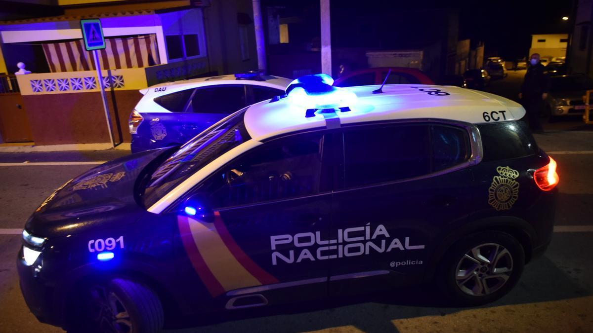 Coche de la Policía Nacional de noche en una imagen de archivo