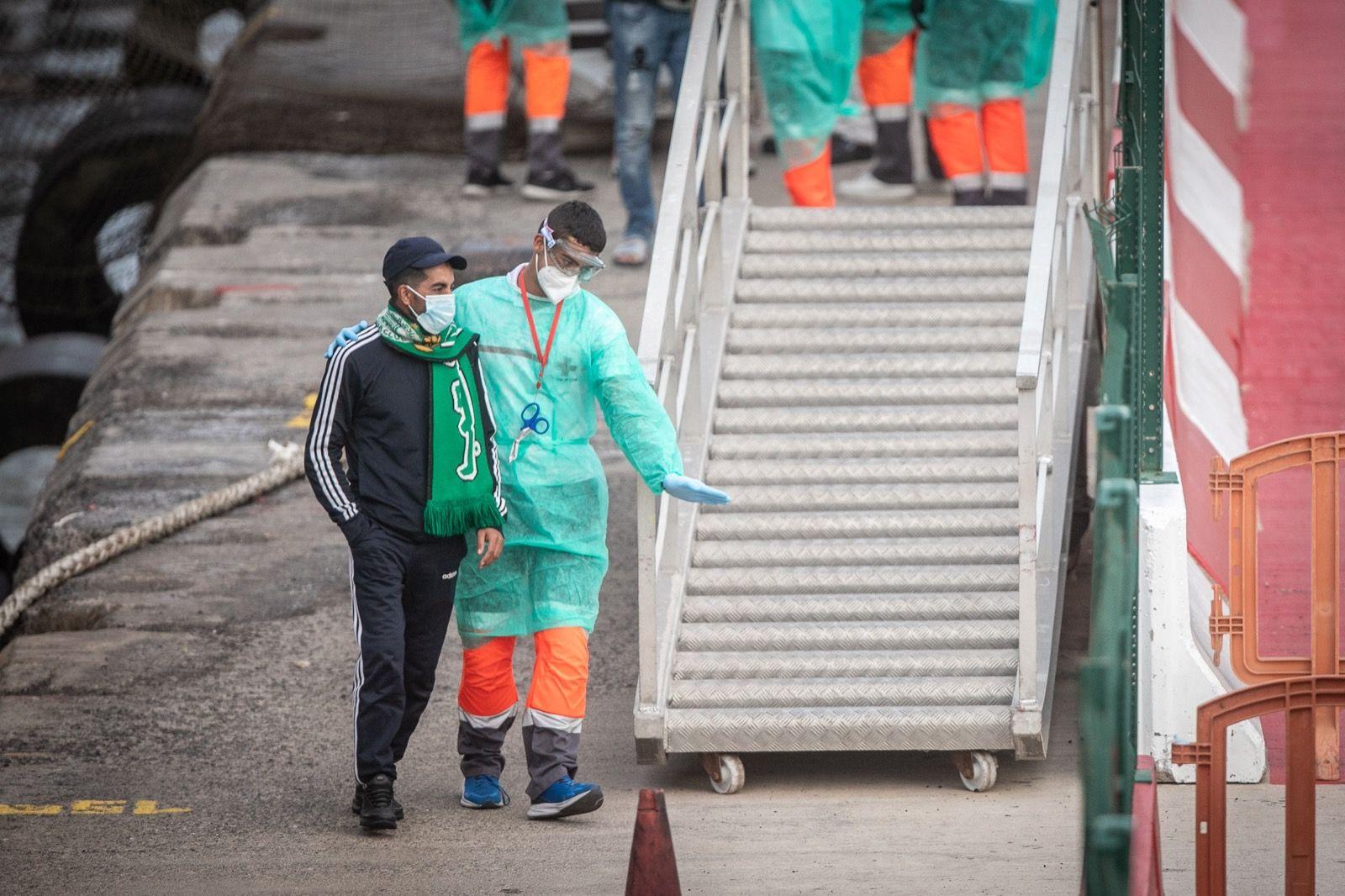 Llegan 54 migrantes a Los Cristianos