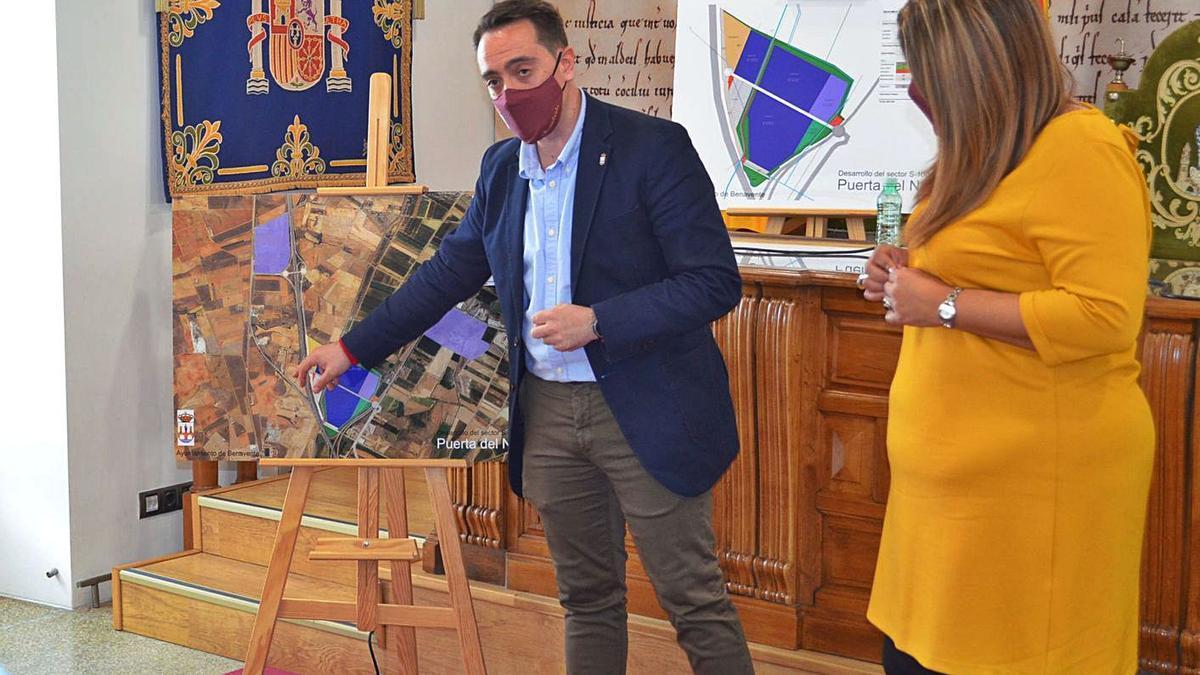El alcalde, Luciano Huerga, y la concejala de Urbanismo, explicando el proyecto del Puerta del Noroeste. | E. P.