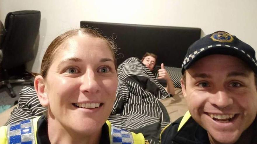 Un joven descubre que la policía le llevó a casa tras una borrachera gracias a un 'selfie'