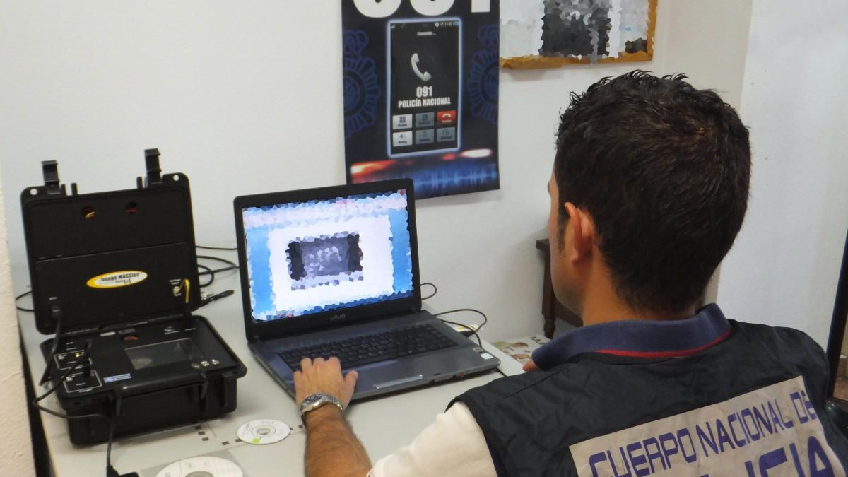 Los investigadores de la policía rastrearon hasta dar con 150 cuentas bancarias.