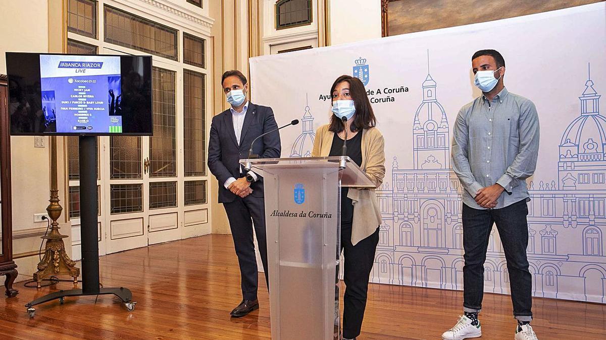 El director territorial de A Coruña de Abanca, Gerardo Fuerte; la alcaldesa Inés Rey y el promotor José Patiño, de Producións Sostibles, ayer en la presentación del Riazor Live. |  // L. O.