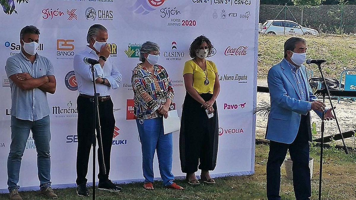 De izquierda a derecha, José Ramón Tuero, Jesús Kocina, Ana González y Beatriz Álvarez escuchan las palabras de José Manuel Valdés.