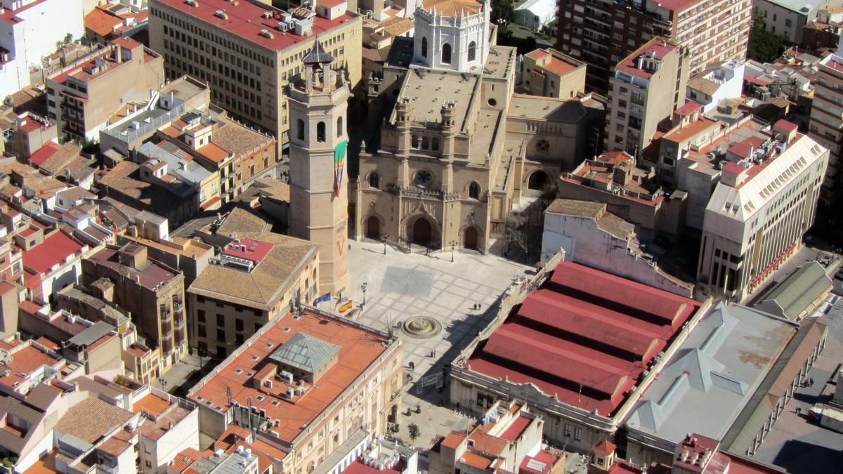 Imagen aérea del centro en el que aparece el Fadri y la concatedral de Santa María, así como el Ayuntamiento y el mercado.