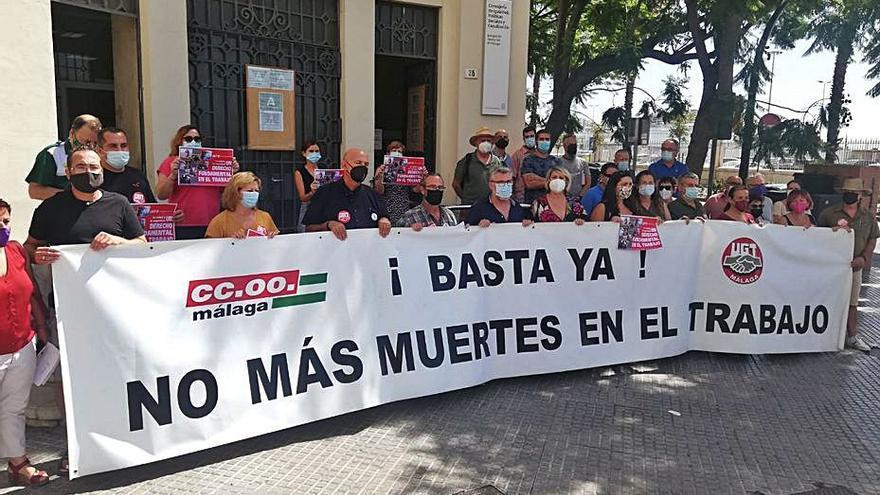 CCOO y UGT se concentran por la décima muerte laboral en Málaga