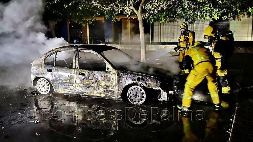 Fuego en un coche abandonado junto a Son Hugo