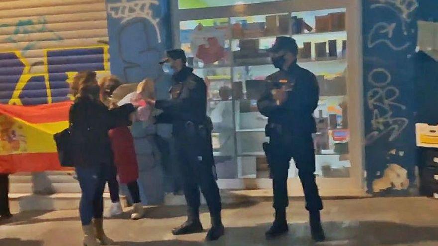 La Policía de Valencia prohíbe a sus agentes aceptar regalos tras recibir flores en un acto ultra