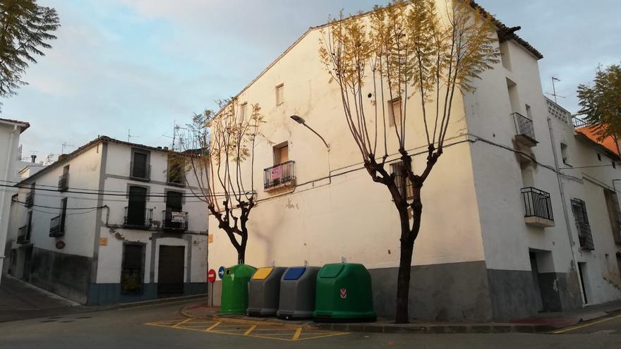 Teulada coloca contenedores en su centro histórico protegido e incumple la normativa del BIC