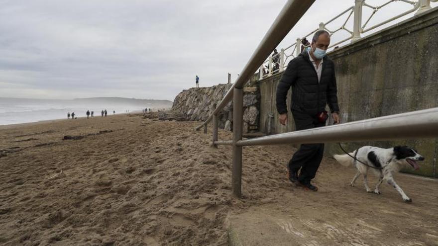 El mar deposita montañas de arena en la playa y al pie de las dunas de Salinas