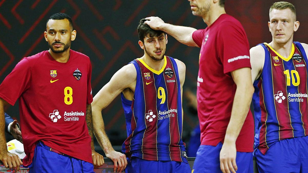Pau Gasol consuela a sus compañeros del Barça tras perder la final de la Euroliga. |  // REUTERS