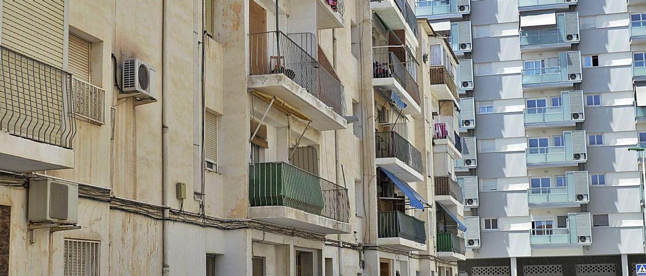 Los nuevos edificios de San Antón, con los antiguos del barrio, cuyo futuro es el derribo. |