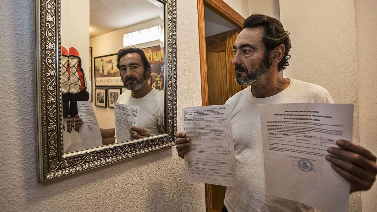 Eugenio muestra la solicitud de la ayuda que ningún organismo ha contestado desde hace 20 meses.