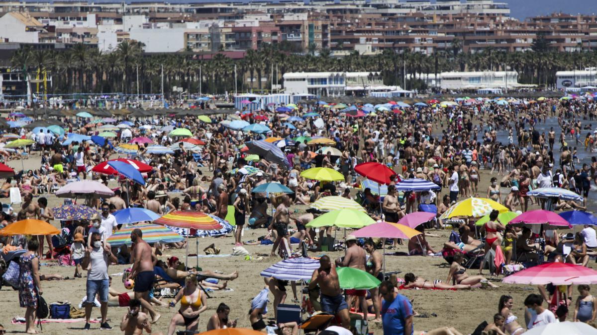 Milers de valencians van aprofitar per a acudir a platja de la Malva-rosa aquest diumenge.