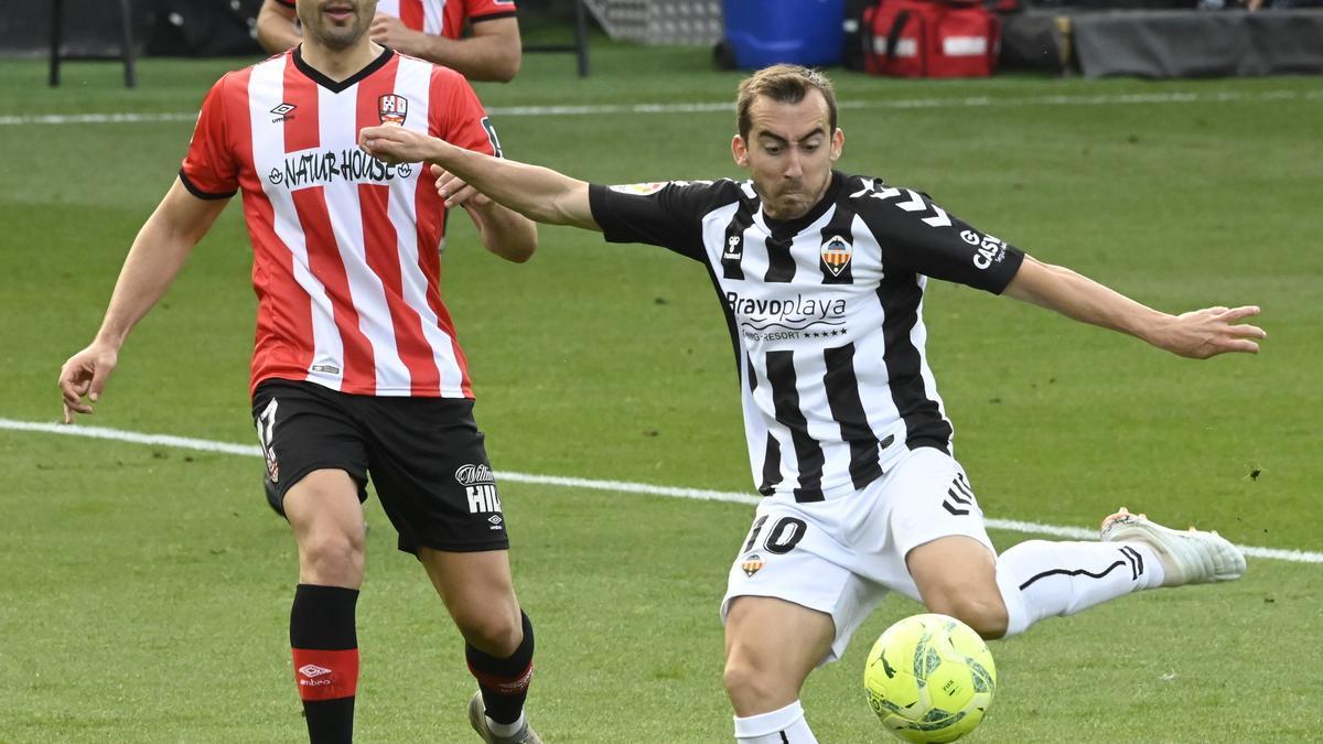 Rubén Díez controla el esférico en el partido contra el Logroñés disputado en Castalia esta temporada.