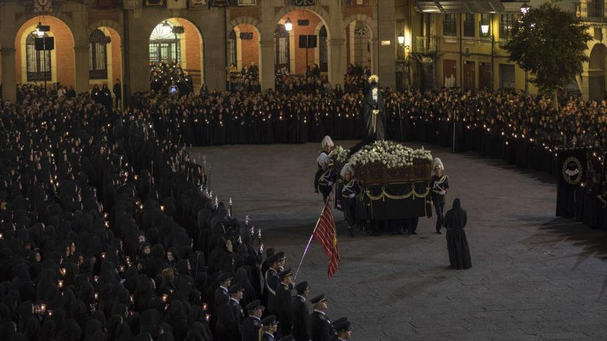 El cántico de la Salve en la Plaza Mayor marca la entrada de La Soledad en San Juan