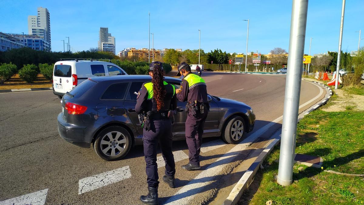Control de la Policia Local a un conductor a Torrent