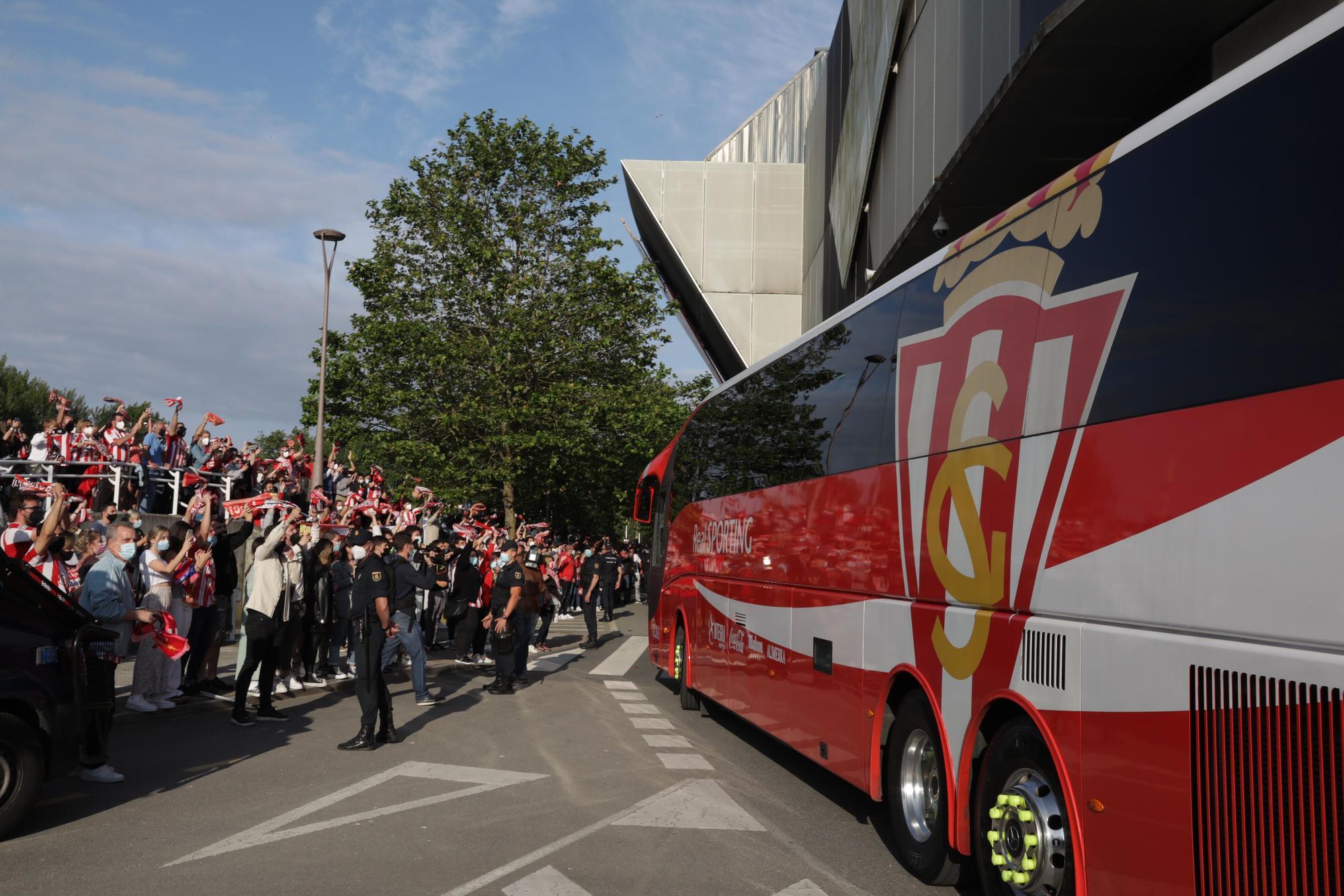 En imágenes: así fue la llegada del Sporting a El Molinón