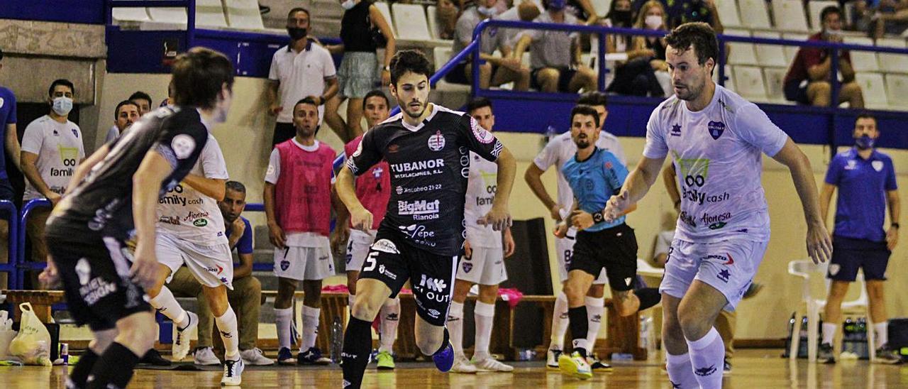 Rafa Ara conduce el balón durante un ataque del Family Cash Alzira FS. | PAULA CLIMENT