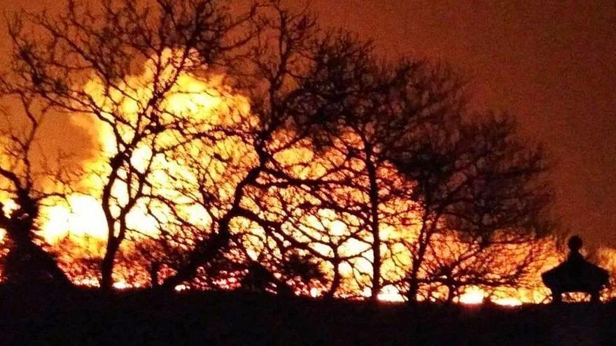 El incendio de As Nogueiras quema cuatro hectáreas de raso antes de los aguaceros