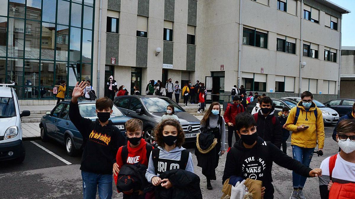 Alumnos del IES Rodeira, ayer, en la hora de la salida de clase y todos protegidos con mascarilla.   | // GONZALO NÚÑEZ