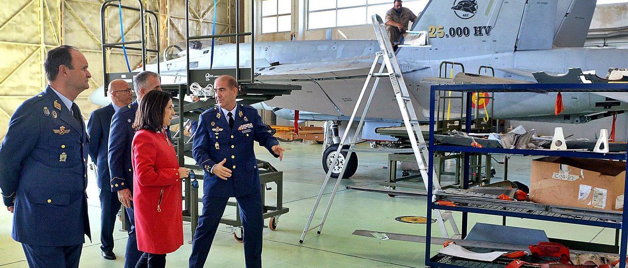 La ministra de Defensa, Margarita Robles, durante su visita a la Base Aérea de Gando, en 2019. | | SANTI BLANCO