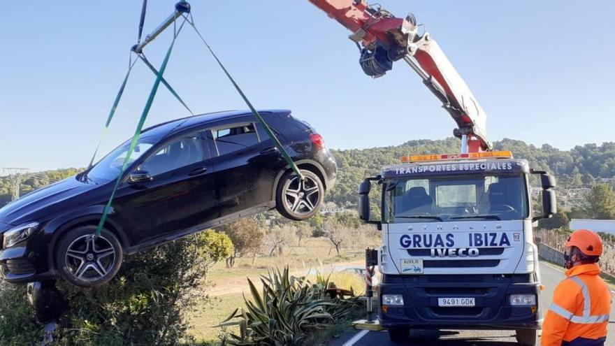 Un coche cae por un desnivel de 3 metros en Ibiza