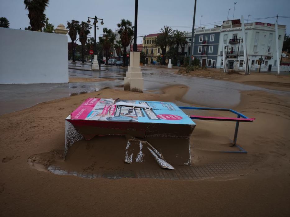 El viento levanta arena en el paseo marítimo de València