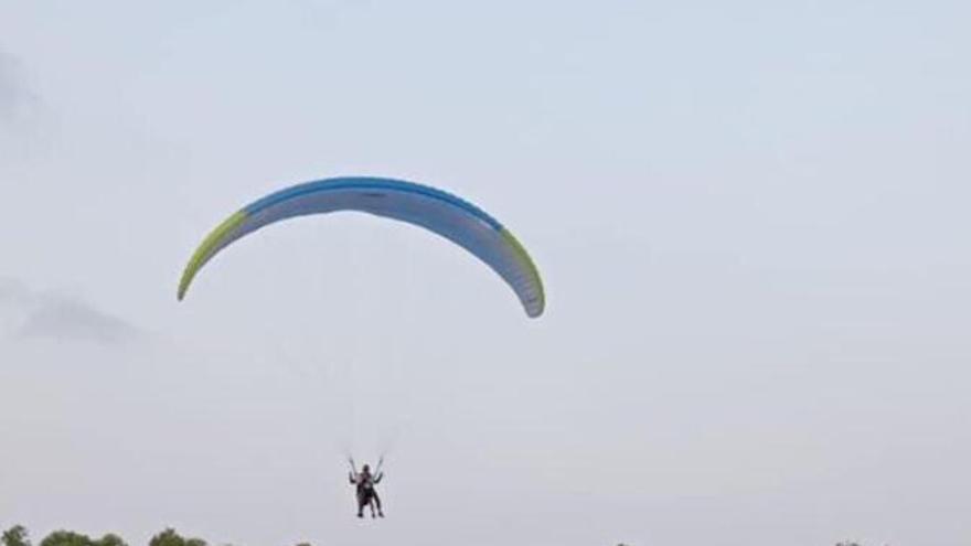 Una treintena de parapentes sobrevuelan Lorca