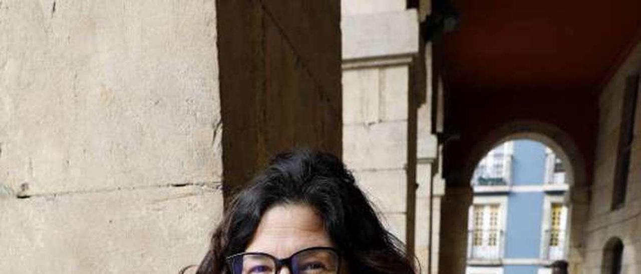 Lucía Fernández Ron, en los soportales del Ayuntamiento.