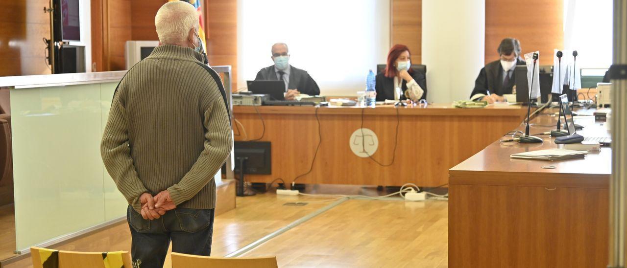 El acusado, de 65 años, frente al tribunal ayer.