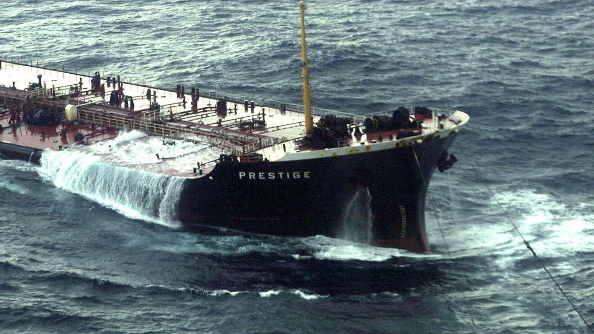 El 'Prestige', en el momento de partirse en dos frente a la costa gallega.